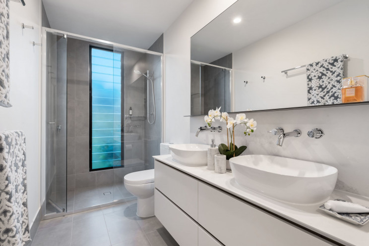Casas de banho: 6 ideias para trocar a banheira por bases de duche