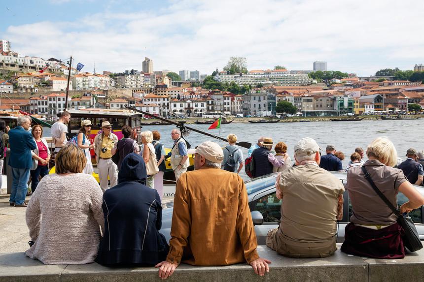 Qual a nacionalidade dos turistas estrangeiros que mais visitaram Portugal?